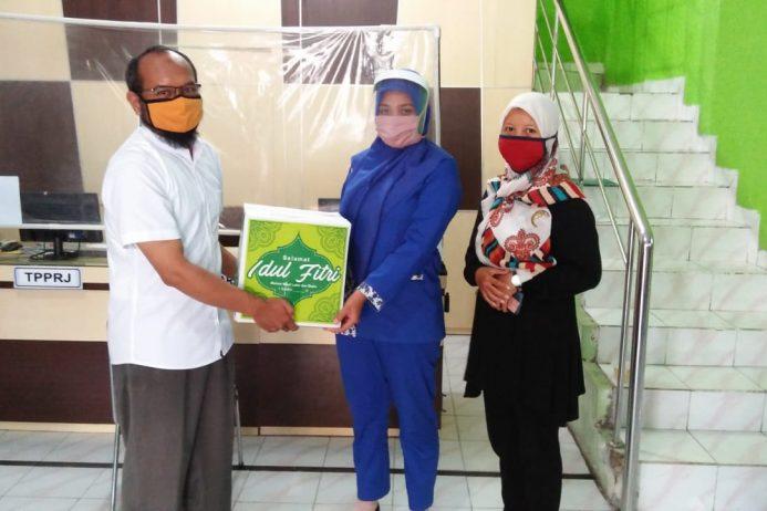 SMK Kesehatan Sadewa: Pembagian Parcel idul fitri 1441 H