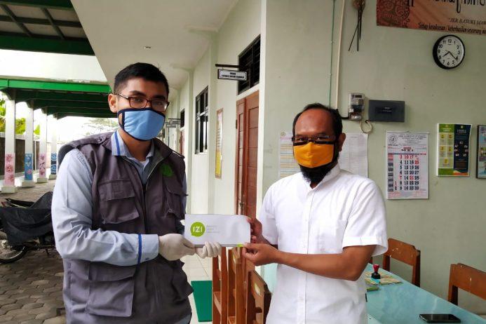 Penyerahan beasiswa pendidikan : beasiswa Inisiatif Zakat Indonesia(IZI) dari Lembaga Zakat Indonesia.