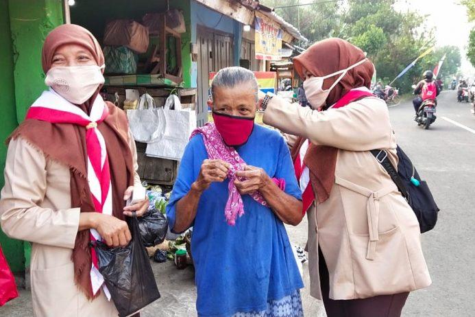 Pembagian masker ke warga membutuhkan dalam rangka HUT peringatan hari pramuka ke 59